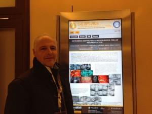 EL Dr. Ferreras delante del poster informativo sobre su ponencia